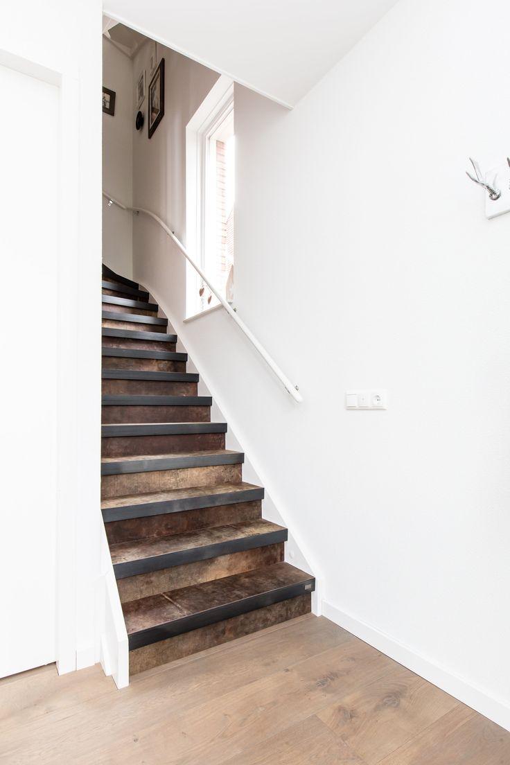Een trap van leer. Zowel de stootborden als de treden zijn voorzien van het decor Extreem Clay (leer) uit de collectie Stoer Chique by Bertram Beerbaum
