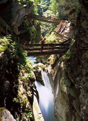 """Montagne russe """"fatte a mano"""", passeggiate sospesi sulle cascate, treni che attraversano cento valli, gite in barca, musei reali- virtuali, vulcani in cui passeggiare, case sugli al…"""