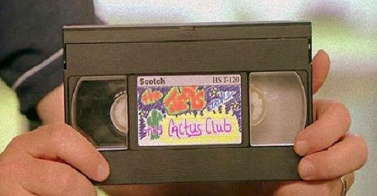 Простой способ использования старых видеокассет Помните кассеты с видеомагнитофона? Это такие большие, черные, прямоугольные пластиковые коробки, которые полны смущающего домашнего видео. Теперь вы вспомнили, не так ли? Было время, когда любой из нас использовал их для просмотра фильмов или видео,