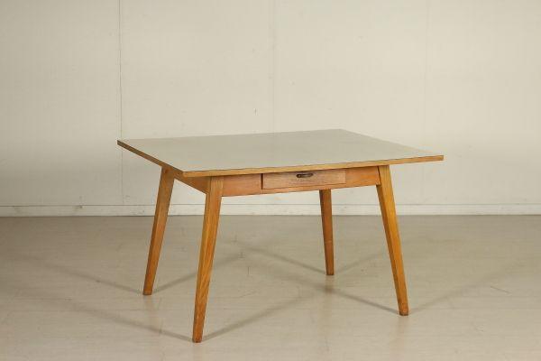 Tavolo; legno di rovere e piano ricoperto in formica. Buone condizioni, presenta piccoli segni di usura.