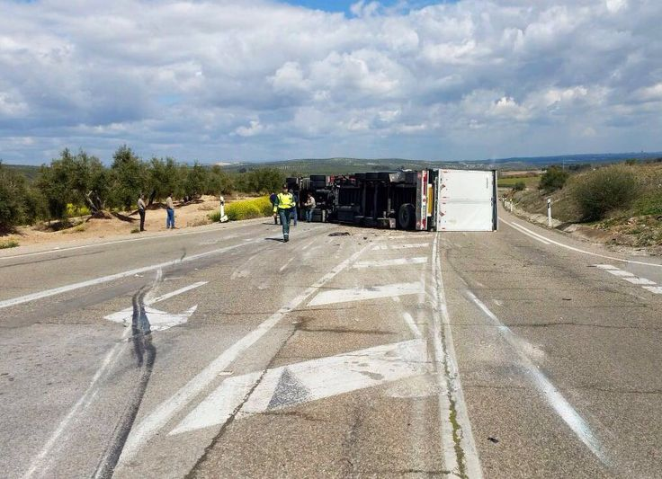 Cortada la carretera de Jabalquinto al volcar un camión de grandes dimensiones