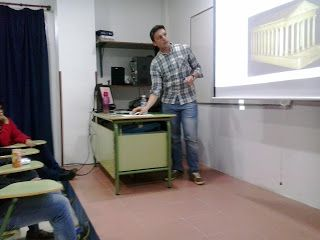 """Charla titulada """"La relación entre las Matemáticas y la Arquitectura"""" impartida por D. José Antonio Rodríguez Bellido, alumno en práctica del MAES."""