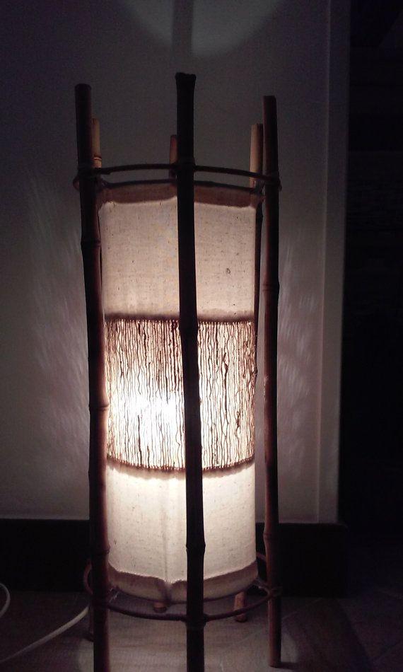 Coppia di grandi lampade  da tavolo o da terra in bambu e cotone con inserti in radice naturale di vetiver stile etnico giapponese atmosfera rilassante centri benessere