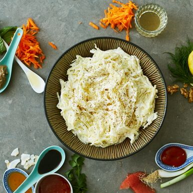 Piffa till din coleslaw med olika smaksättningar beroende på vad den bjuds till. Vad sägs om sweet chili till grillad karré, tahini och ingefära till kyckling eller senap och vinäger till goda korvar? Utgå från grundreceptet och testa någon av våra smaksättningar.