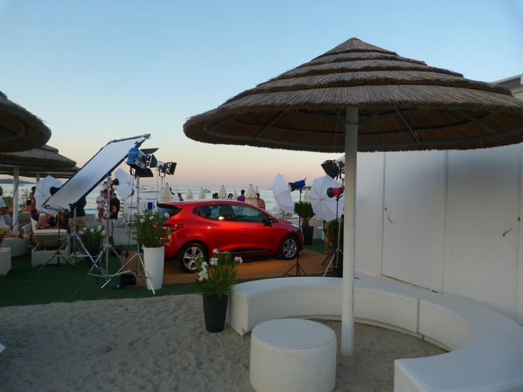 La giornata in Sardegna volge dolcemente al tramonto. Nuova Renault Clio riflette i rossi del cielo sulla spiaggia del Blu Beach di Porto Rotondo.