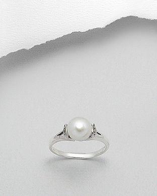 Inel realizat din argint decorat cu marcasite si o perla alba.  Latime maxima: 8 mm. Greutate: 2,5 gr. Marime disponibila: 6, 7 (SUA).