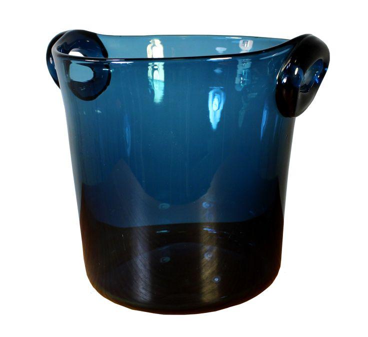 Vackert blå ishink i glas, med design av Nils Landberg för Orrefors.