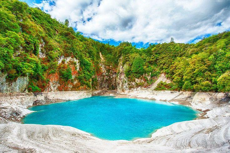 Neuveriteľne modré a vysoko kyslé jadrové kráterské jazero v geotermálnej oblasti Waimangu na Novom Zélande