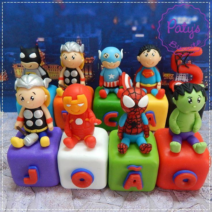 Cubos personalizados Super Heróis: Thor, Hulk, Capitão América, Homem de Ferro, Homem Aranha, dentre outros. VALOR REFERENTE A 1 CUBO COM PERSONAGEM E LETRA OU NÚMERO. <br> <br>Produto sob encomenda. <br>Material: biscuit. Cubos de 4x4x4cm. Miniaturas com cerca de 6cm. <br> <br>Antes de encomendar, não esqueça de conferir as políticas da loja (http://www.elo7.com.br/patysbiscuit/politicas ), e de entrar em contato para consultar disponibilidade na agenda!