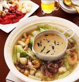火鍋は中国で人気の鍋料理。唐辛子たっぷりのピリ辛スープとあっさり味の白スープ、2種類のスープで煮るのが本場流ですが、作りやすいようにアレンジしました。ポイントは、ごま油に唐辛子や花椒(中国山椒)の香りをしっかり移したピリ辛ダレ。体がしんから温まりますよ。