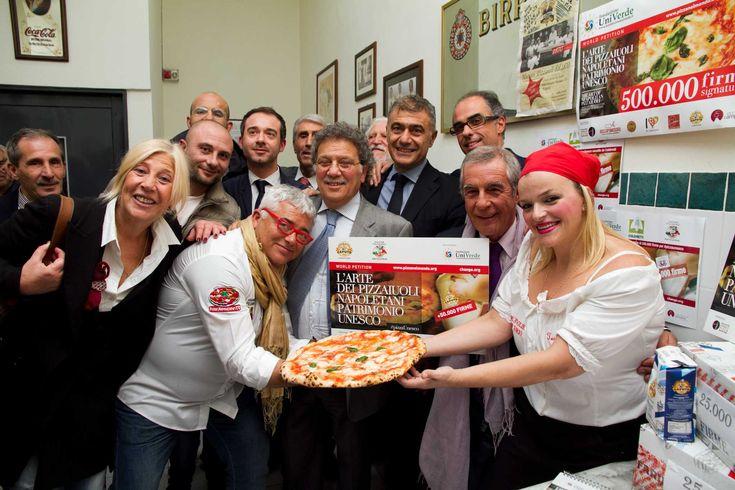 È fatta. Il riconoscimento UNESCO è arrivato: l'arte del pizzaiuolo napoletano è Patrimonio culturale immateriale dell'Umanità riconosciuto dall'UNESCO. Pizzaiolo e pizza hanno vinto. Alle ore 3:30 italiane è arrivata la notizia