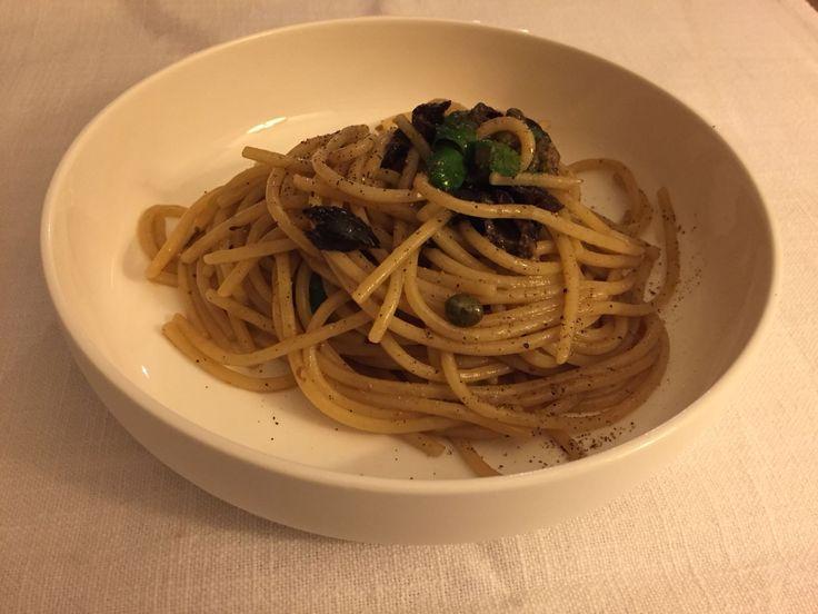 Spaghetti alla chitarra con acciughe, olive e capperi