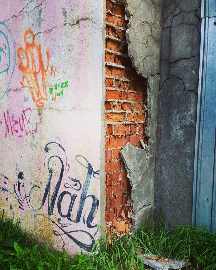 #wall #corner #graffiti #urban #brick #texture #city #centrulcivic #brasov #photography #art #streetstyle #street #ig_brasov #transylvania #ig_romania #simplethings #color #detalis #spraypaint (la Centrul Civic)