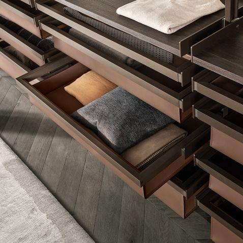 cesti alti e bassi in cuoio rigenerato castoro con struttura in alluminio brown, portacravatte e mensole in melaminico larice carbone