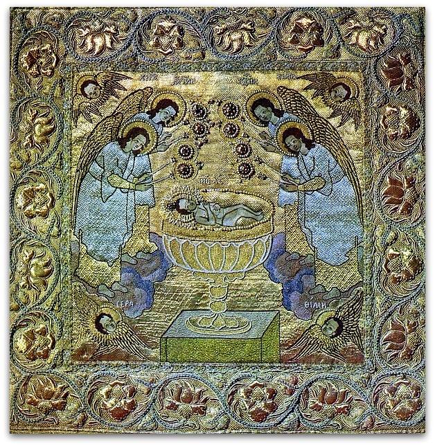Се агнец Век: XVII Материал: Атлас, холст, шелковая ткань, золотные, серебряные и шелковые нити, изумруды, алмазы, рубины, жемчуг, золото, серебро, кружево, бахрома.