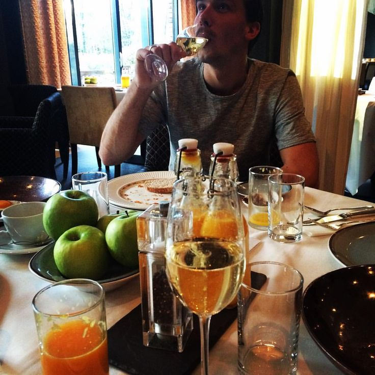 """10 Likes, 1 Comments - Niels (@niels.van.overmeire) on Instagram: """"#champagneontbijt #echoput #veuveclicquot #ontspannen wakkerworden"""""""