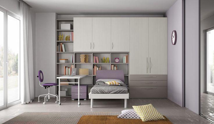 Cameretta Mistral con letto a terra, armadio e scrittoio scorrevole in rovere bianco, tortora e laccato opaco glicine.
