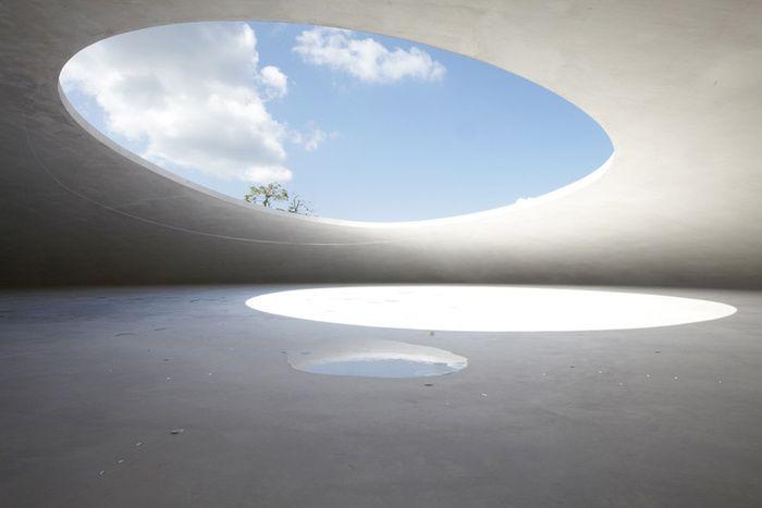 開口部から入る豊島の風と音、光。 アートと建築が融合した、この有機的な空間は、建築家・西沢立衛とアーティスト・内藤礼によるもの。海外の評価も高く、多くの外国人が来島し、この美術館へ足を運んでいます。