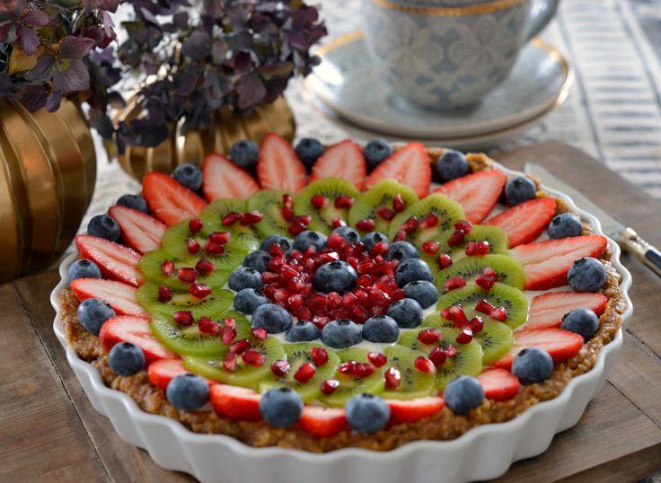 Hva er vel bedre enn en super enkel kake som både smaker kjempegodt og som samtidig er naturlig sunn? Denne kaken ble en stor favoritt hos alle i familien. Glutenfri, uten egg og mel, med bare gode naturlige ingredienser stappfull av god smak. Du kan gjøre klar bunnen flere dager i forveien og oppbevare den …