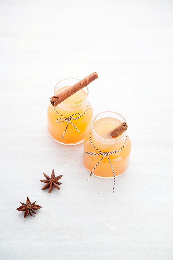 Jus de pomme chaud aux épices 1 litre de jus de pomme  1, 5 c à c de cannelle 2 c à s de gingembre épluché et coupé en dés 6 étoiles de badiane le jus d'1/2 citron 25 cl d'eau