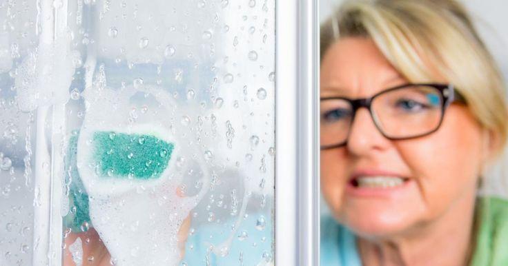 Grâce à ce nettoyant maison, vous aurez une porte de douche étincelante!