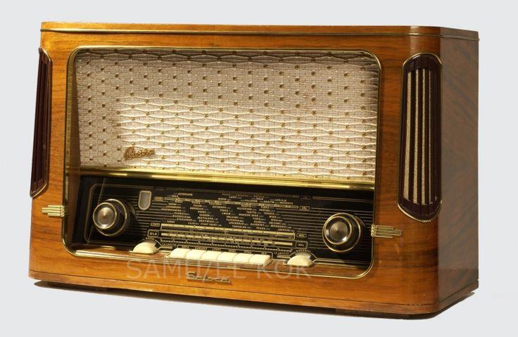 the sound of the set warming up...  O velho rádio para ouvir o relato de futebol e os romances.