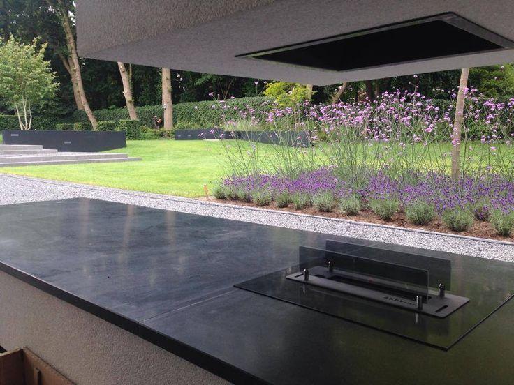 Buiten openhaard - Moderne overkapping - Paarse beplanting - Grasveld - Buiten tafelen - Openhaard - Gasopenhaard www.hendrikshovenier.nl