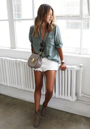 une chemise fluide de cette couleur, un short en Jean et sandales plates