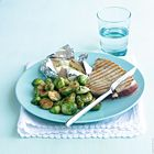 Een heerlijk recept: Gegrilde tonijn met spruitjes gepofte aardappel en sojasaus