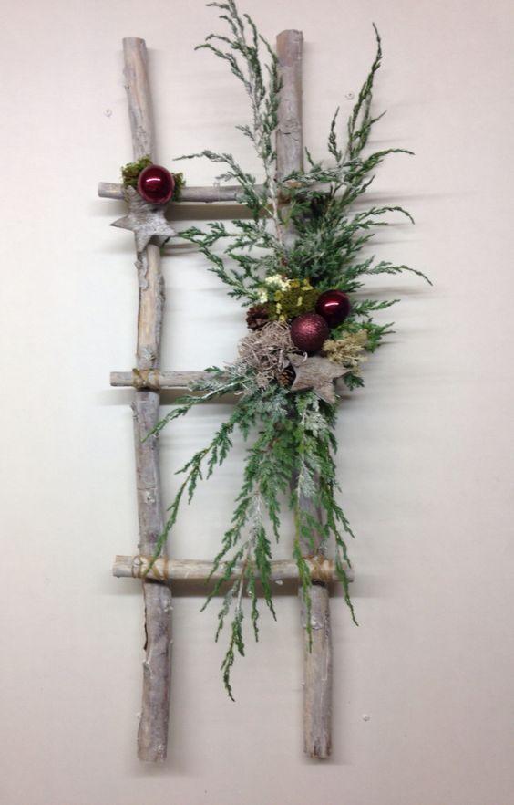 groß  rustikale Leiter mit Weihnachtsdekor