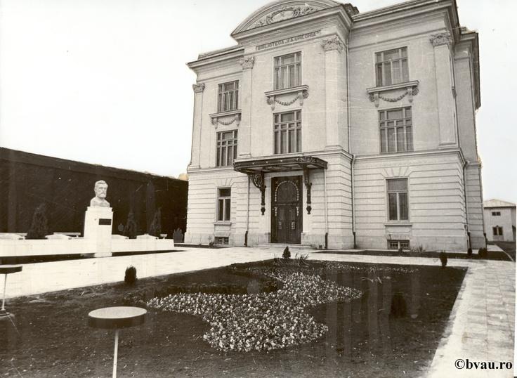 """Biblioteca """"V.A. Urechia"""", Galati, Romania, anul 1971.  Imagine din colecţiile Bibliotecii Judeţene """"V.A. Urechia"""" Galaţi."""