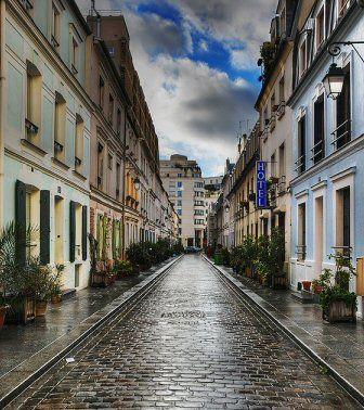 rue Crémieux (Paris 12ème arrondissement) Située à deux pas de la gare de Lyon, la rue Crémieux est une rue piétonne, pavée depuis 1993 et bordée de petits pavillons à deux étages et aux façades colorées.