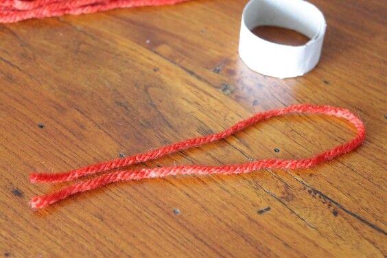 step 3 ripiegate su se stesso il filo di lana suddividendolo in parti uguali  folded on itself the thread of wool subdividing it into equal parts