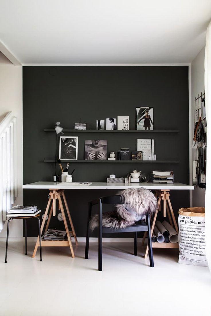 Cavaletes e uma porta para uma bela mesa de trabalho.