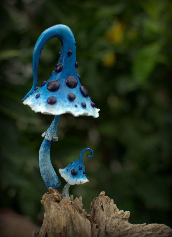 Champignon jeu fantastique jardin bleu blanc amanita violet foncé de la fée, la décoration de maison toadstool argile polymère, Fairy Garden