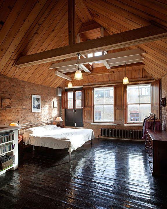 Krásný a světlý pokoj vybudovaný ze starého skladu.