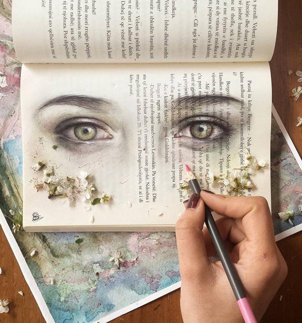 Yaptığı resimler ile büyüleyici işlere imza atan sanatçıEster Rrotani var bu haberimizde. Özellikle kitap sayfalarına yaptığı resimler ile dikkat çeken sanatçı genellikle portre üzerine çalışıyor. Portre dışında çiçek, hayvan ve illüstrasyon tarzında çalışan sanatçı youtube kanalında çalışmalarını nasıl yaptığına dair videolar yayınlıyor. Uzay ve gökyüzünü deçalışmaları arasına ekleyen Ester Rrotani'den seyir zevki yüksek çalışmalar derledik. Güzel ve mutlu seyirler. :)  Bağlantılar: In...