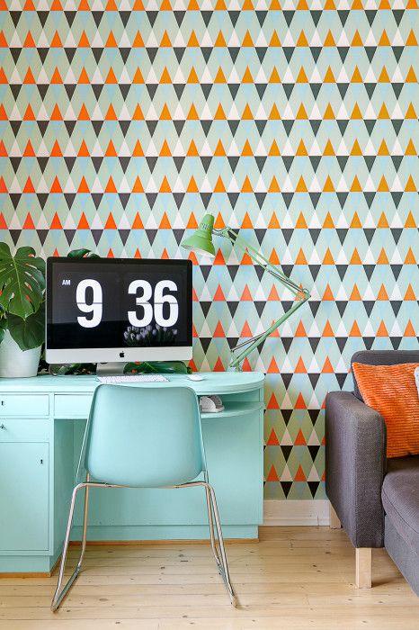 Erik Olsson Fastighetsförmedling - Arbetsplats-skrivbord-dator-imac-skrivbordslampa-vaxter-tapet-monster-triangel-soffa-tragolv-turkos-farg - My home