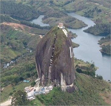 The Big Stone, Guatape, Colombia.   Imagino que lo de arriba será una capilla..¡