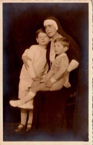 Königin Marie von Rumänien mit ihren Enkeln Michael und Peter, future Kings of Romania and Yugoslavia | Flickr - Photo Sharing!