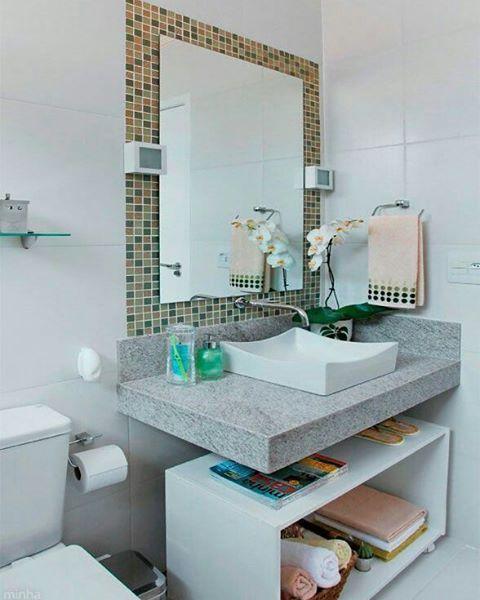 Inspiração para banheiro pequeno, simples e charmoso. O tipo de armário que está embaixo da pia tem um ótimo custo benefício, pois é vendido em várias lojas de móveis com pronta entrega, bastando comprar com atenção ao tamanho adequado.  Pinterest #blogmeuminiape #meuminiape #apartamentospequenos #inspiração #banheiro #banheiropequeno #lavabo #armario #decor #decoração