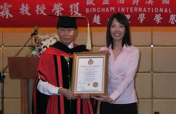 Shih Chaou Rin receiving a Doctor Honoris Causa from Hou Hsueh Ni, director of BIU Asia Office.