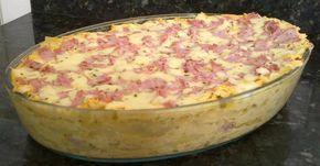 1 kg de peito de frango  - 1 pacote de macarrão para lasanha  - 3 gemas  - 300 g de presunto fatiado  - 300 g de mussarela fatiada  - 2 xícaras de chá de leite  - 1 caixinha de creme de leite  - 4 colheres de sopa de farinha de trigo  - Queijo ralado (opcional)