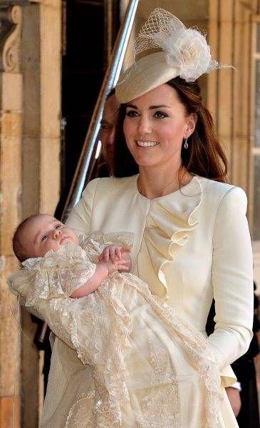 時事ドットコム:キャサリン妃のファッション     洗礼のためロンドンのセント・ジェームズ宮殿に到着したジョージ英王子と母のキャサリン妃(2013年10月23日) 【EPA=時事】