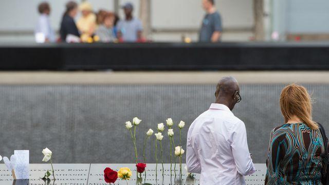 Des personnes se recueillent devant le mémorial et musée du 11-Septembre, le 11 septembre 2016 à New York
