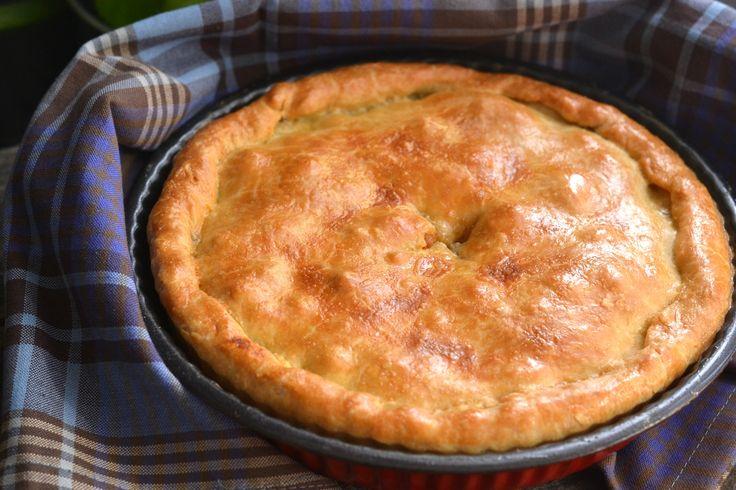 Spanyol húsos pite recept (empanadas): Az empanada-t Spanyolországban sokszor készítik a családi vacsoraasztalra. Sokféleképpen tölthető, de ez jelen esetben egy húsos verziója. Melegen és hidegen is egyaránt fogyasztható ez a finom húsos pite. Jól bevált recept, bátran ajánlom! ;)