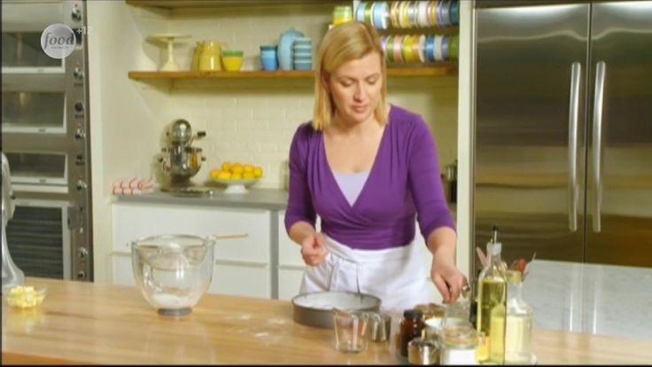 Домашние пончики очень вкусны и просты в приготовлении. Сначала Анна обжарит во фритюре яблочные пончики со сметаной, а затем поделится рецептом новоорлеанских бенье с трюфелем.