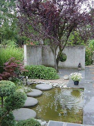 Creastone | stapstenen Hier toegepast in een kleine vijver. Past perfect in deze tuin met beton elementen.