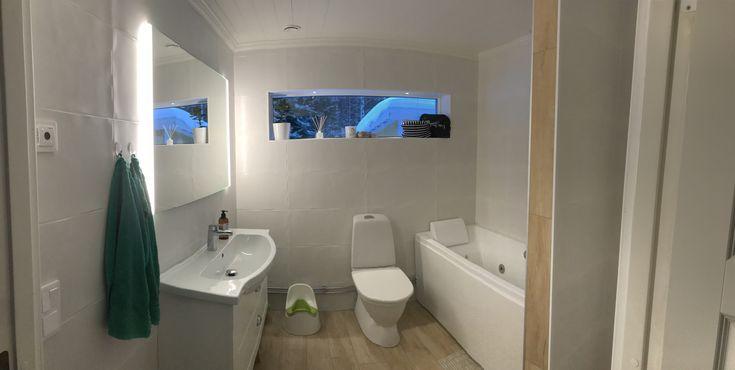 Nu är även badrummet helt nytt från golv till tak. Stora vita matta plattor med struktur på väggarna, klinkers på golvet som ser ut som trägolv. Bubbelbadkar och takdusch 👌🏻 Smygspottar i fönstret och inbyggd ledbelysning i spegeln 👏🏻 #myresjöhus #hemma #renovering #badrum #noro #bath #renoverinsinspo