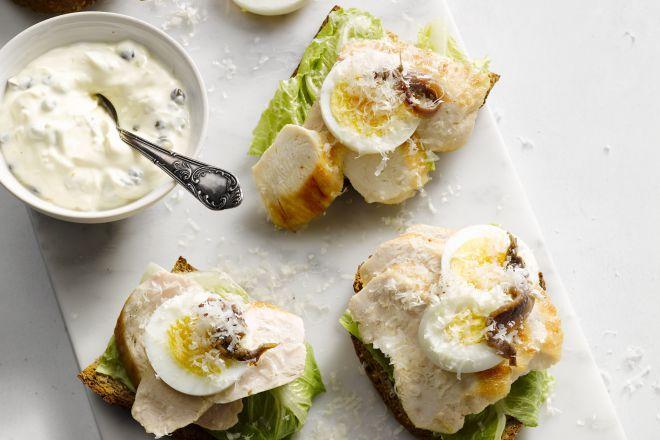 Lichte caesarsandwich met kip - Blog: het verhaal van de Caesar salade & 7 gezonde variaties